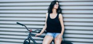 Hin und Wax - Ihr Waxing-Studio in Bielefeld: Frau mit Fahrrad